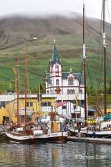 <h5>Husavik, sa petite église au bord du port</h5>