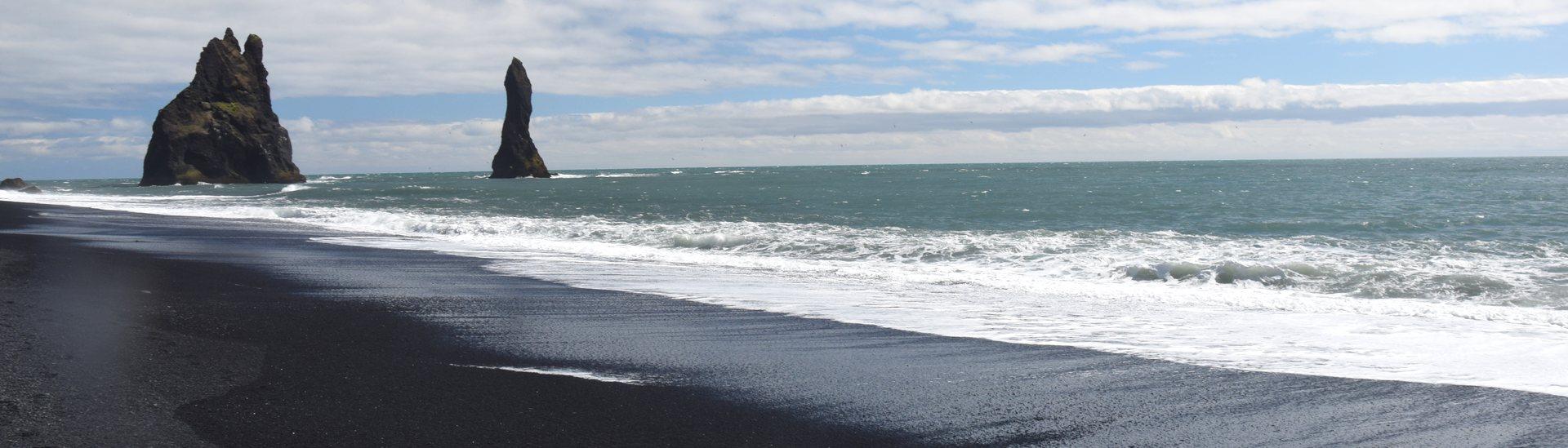 Vik, en Islande, ses falaises et sa plage de sable noir.