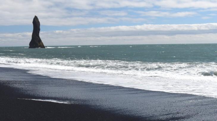 Vik, ses falaises et sa plage de sable noir.